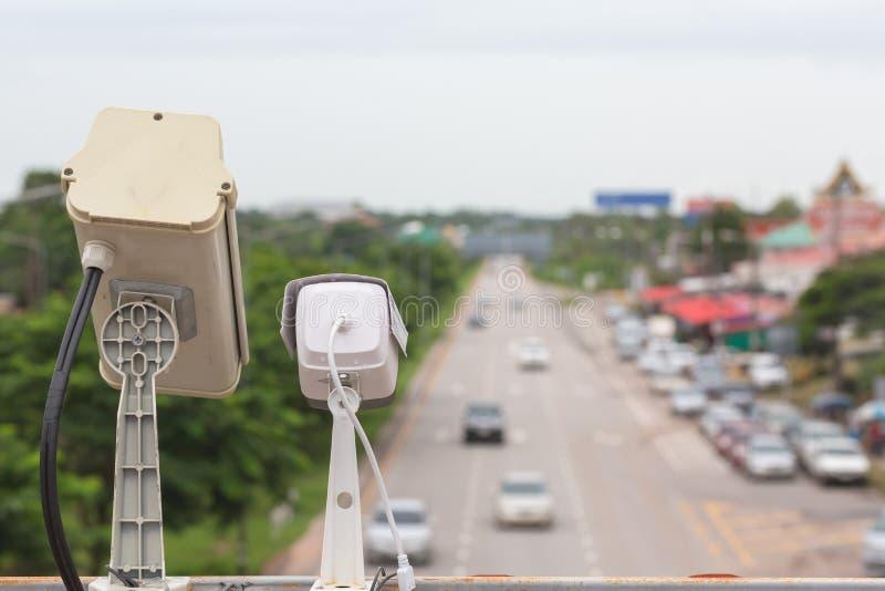 hastighetskontrollkamera i det stads- på brokorsningen royaltyfria foton