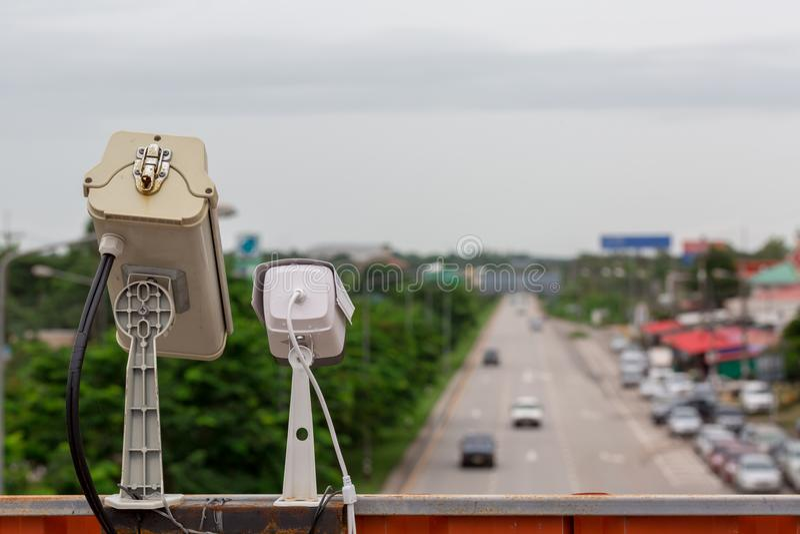 hastighetskontrollkamera i det stads- p? brokorsningen arkivbilder