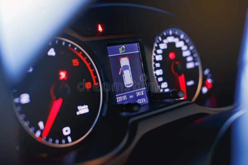 Hastighetsmätare för sportbil och bränsleindikator Slapp fokus royaltyfri fotografi