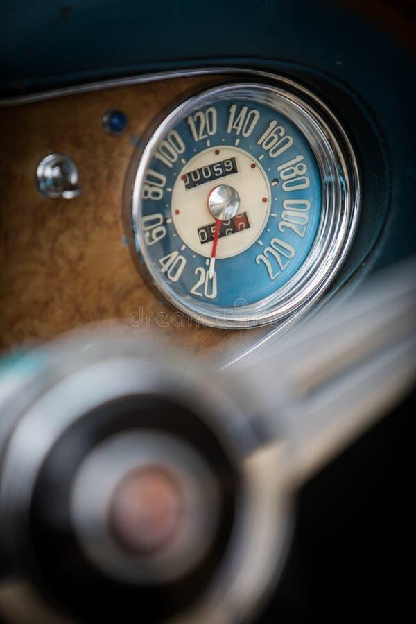 Hastighetsmätare på en tappningbils instrumentbräda arkivfoto