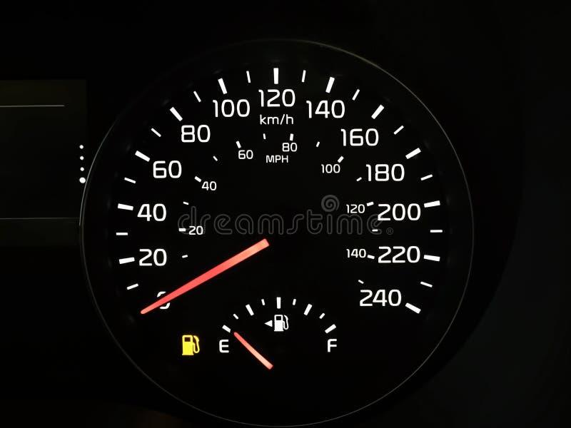 Hastighetsmätare som visar en tom bränslebehållare fotografering för bildbyråer