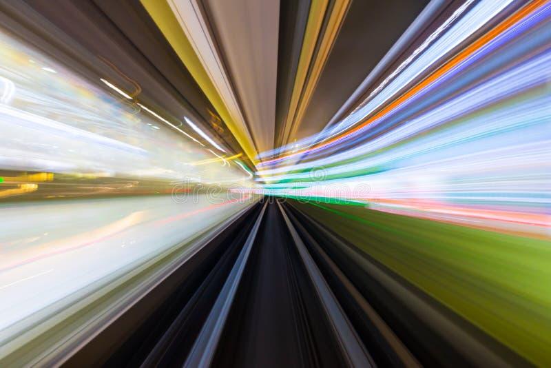Hastighetsrörelse i stads- huvudvägvägtunnel royaltyfria bilder