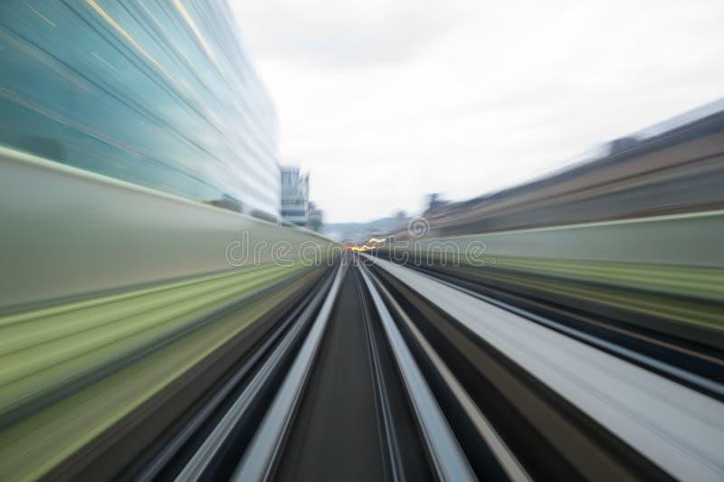 Hastighetsrörelse i stads- huvudvägvägtunnel royaltyfri foto