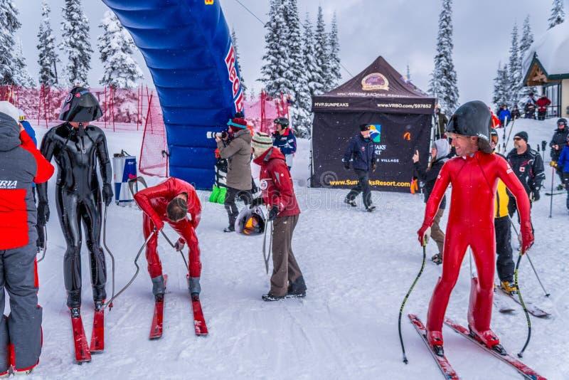 Hastighetsskidåkare på slutet av deras lopp på hastighetsutmaningen och FIS rusar Ski World Cup Race arkivbilder
