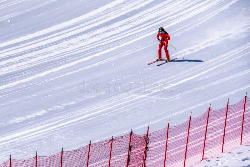 Hastighetsskidåkare på slutet av deras lopp på hastighetsutmaningen och FIS rusar Ski World Cup Race fotografering för bildbyråer