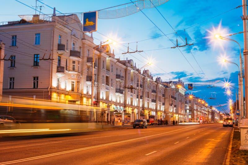 Hastighetstrafikljusslingor på City Road på natten arkivfoton