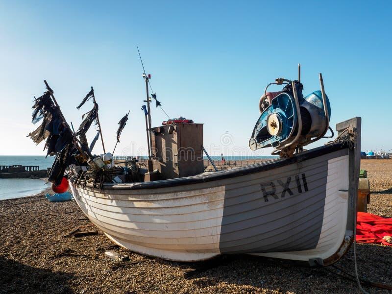 HASTINGS, ВОСТОЧНОЕ SUSSEX/UK - 6-ОЕ НОЯБРЯ: Рыбацкая лодка на быть стоковое изображение