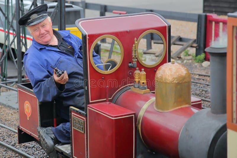 HASTINGS, GROSSBRITANNIEN - 23. JULI 2017: Nahaufnahme auf dem Fahrer eines Dampfzugs an der Miniatureisenbahn Hastings gelegen i stockfotos