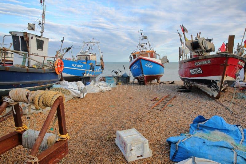 HASTINGS, GROSSBRITANNIEN - 21. JULI 2017: Strand gestartete Fischerboote stockbilder