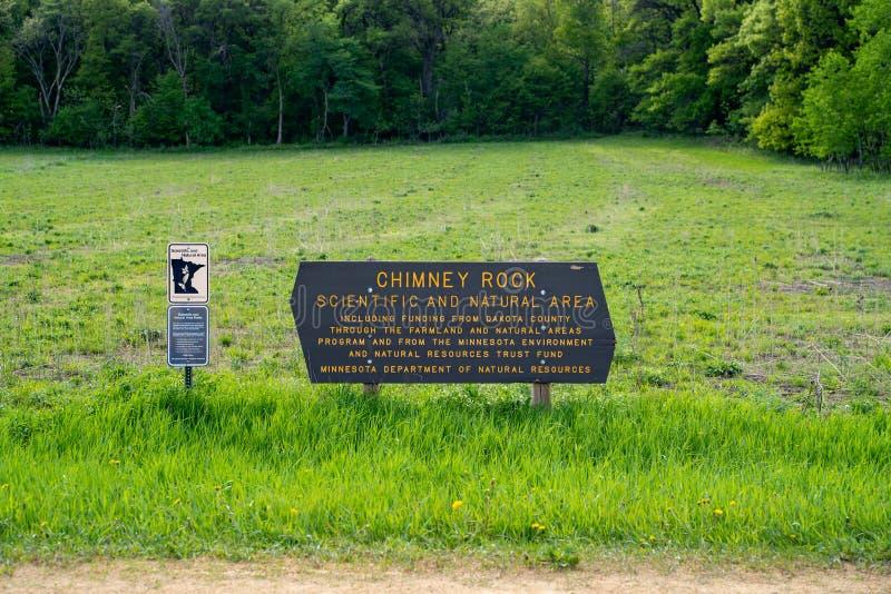 Hastings, Minnesota - Mei 25, 2019: Het teken voor Wetenschappelijke Schoorsteenrots en Natuurgebied, in de Provincie van Dakota, stock foto