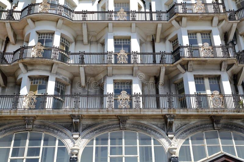 HASTINGS, REGNO UNITO - 28 GIUGNO 2015: Balconi decorati del metallo alla corte del palazzo fotografie stock