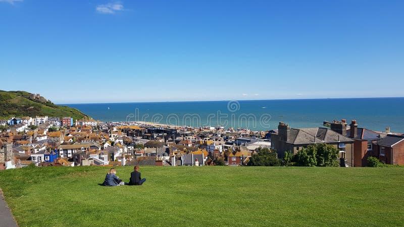 Hastings stadlandskap i England, sydostlig kustsikt över Hastings den gamla staden till havet från kullen royaltyfri fotografi