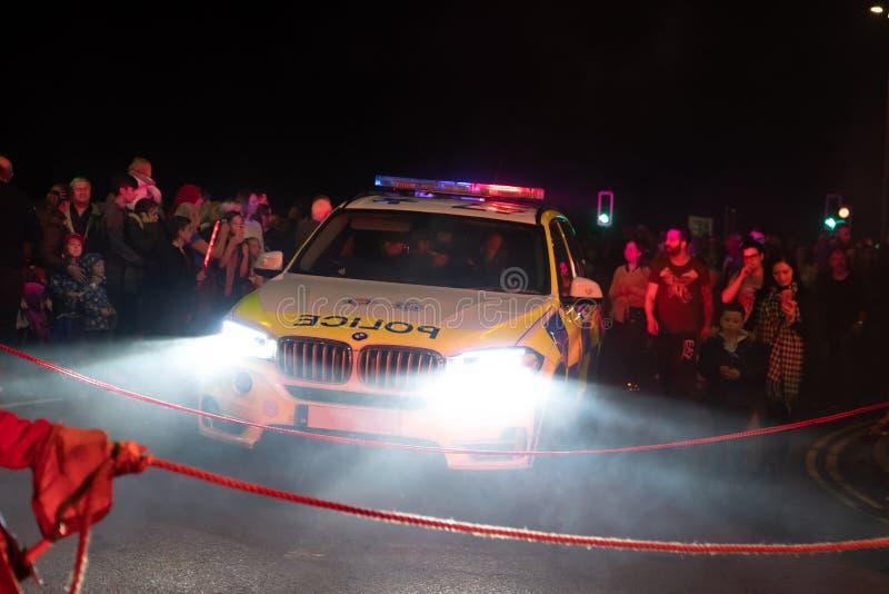 Hastings UK, 10/13/18 - samochód policyjny po środku tłumu fotografia stock