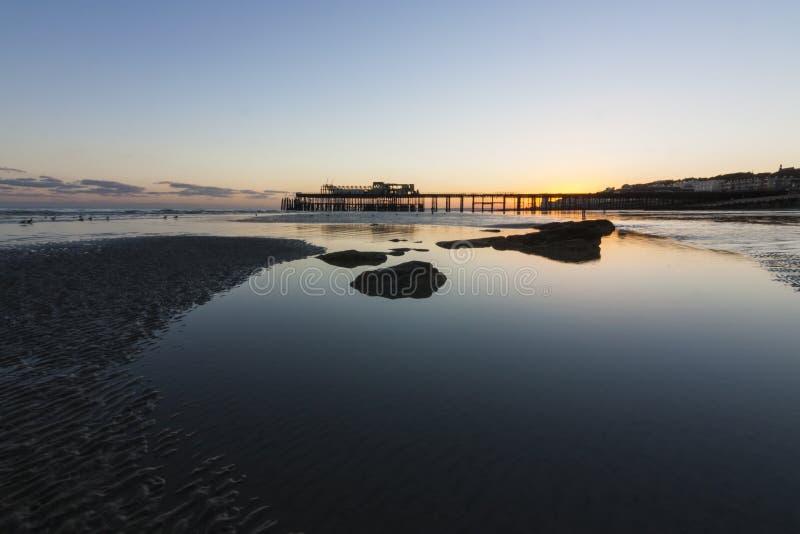 Hastingspijler bij Zonsondergang stock foto