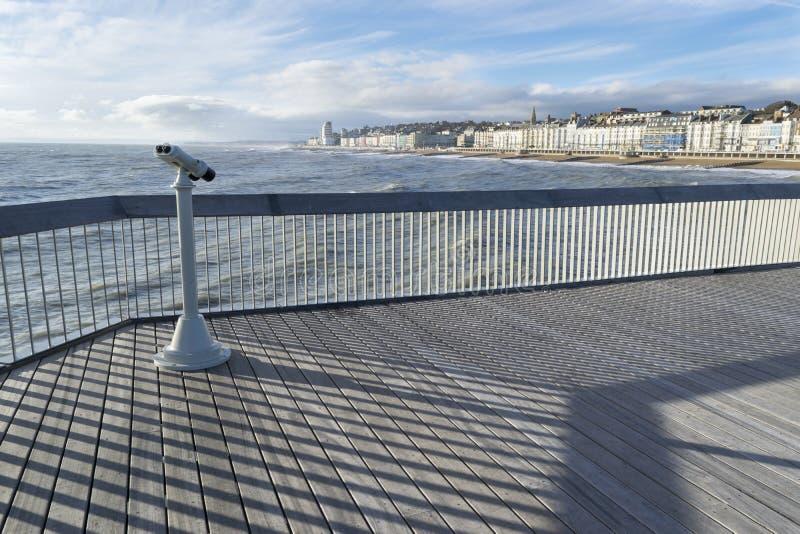 Hastingspijler, Observatieverrekijkers, Traliewerk en Decking stock afbeelding