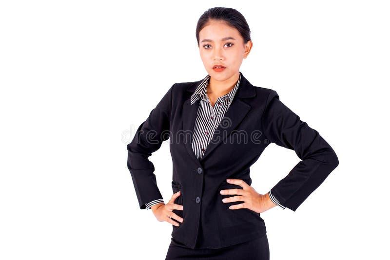 Hat asiatische hübsche Geschäftsfrau des Isolats eine Aktion der Taille und schaut vorwärts auf weißem Hintergrund- und Kopienrau lizenzfreie stockfotografie