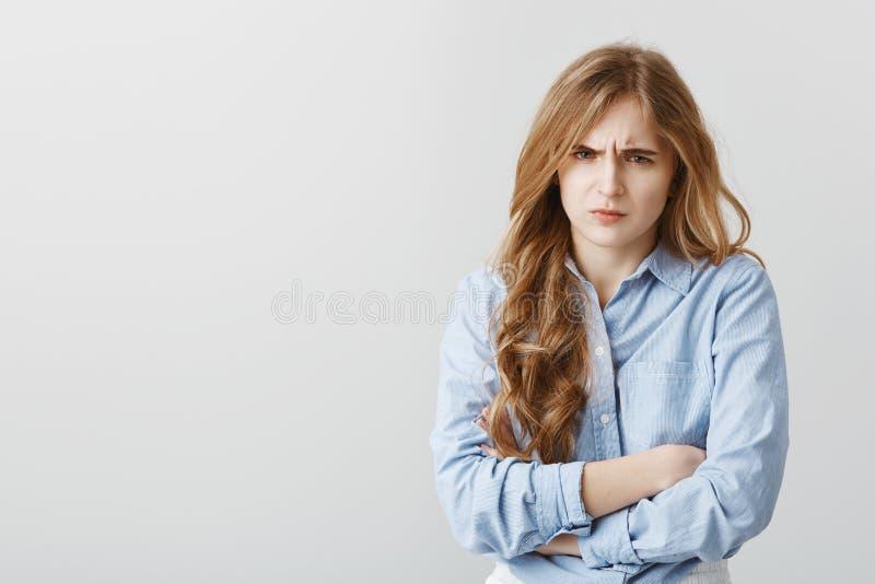 Hata dig, tala inte till mig Stående av den kränkta gulliga europeiska kvinnlign med blont hår som rymmer händer korsade på bröst arkivbild