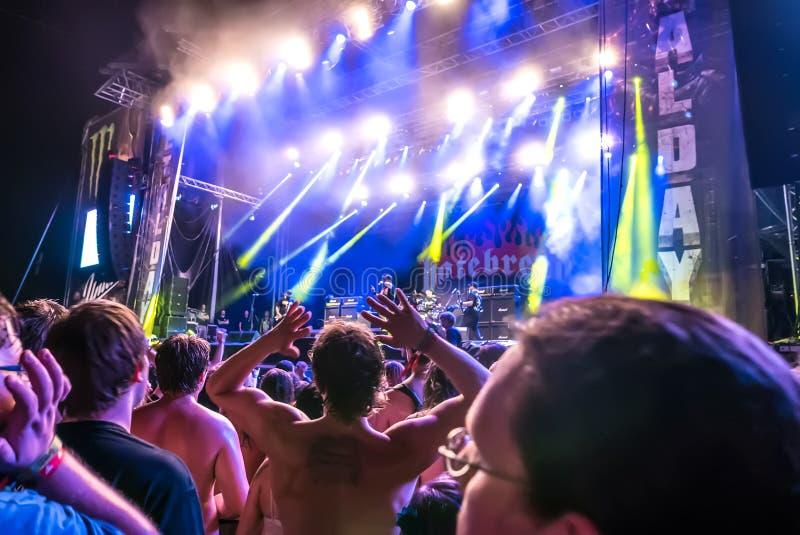 Hatebreed Moshpit e folla che praticano il surfing sul Metaldays in Tolmino immagine stock libera da diritti