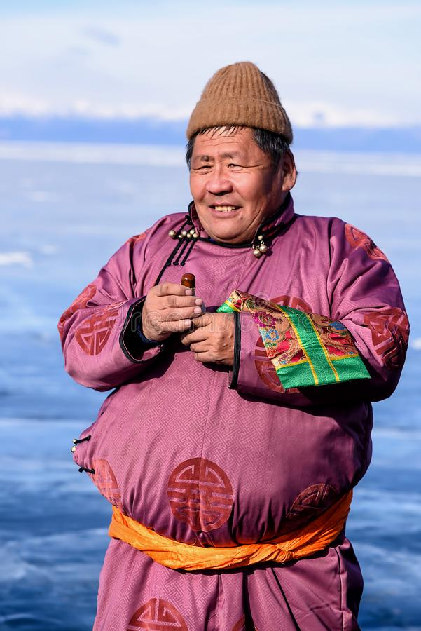 Hatgal, Mongolië, Febrary 23, 2018: de Mongoolse mensenkleding in traditionele kleding op een bevroren meer Khuvsgul en houdt royalty-vrije stock foto's