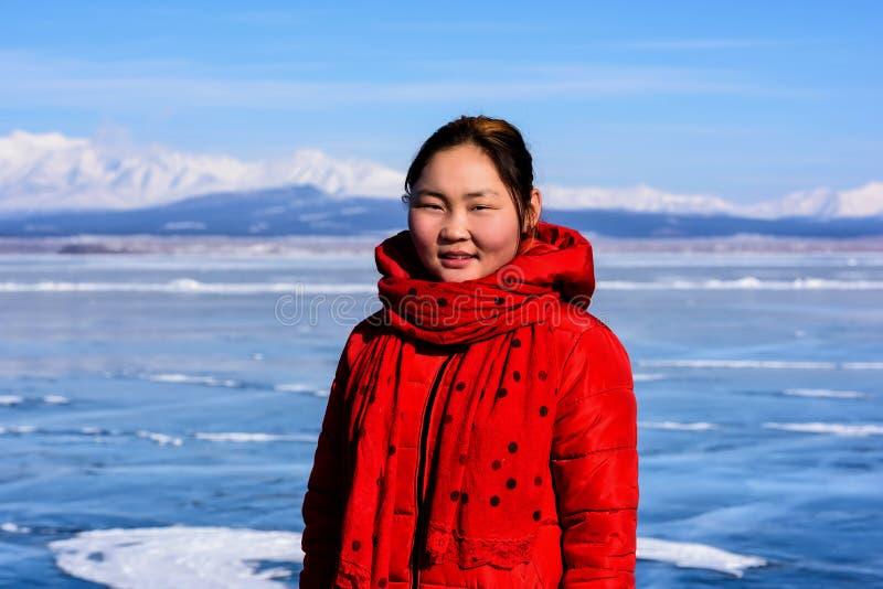 Hatgal, Mongolia, Febrary 23, 2018: ritratto mongolo della ragazza su un lago congelato Khuvsgul fotografia stock libera da diritti