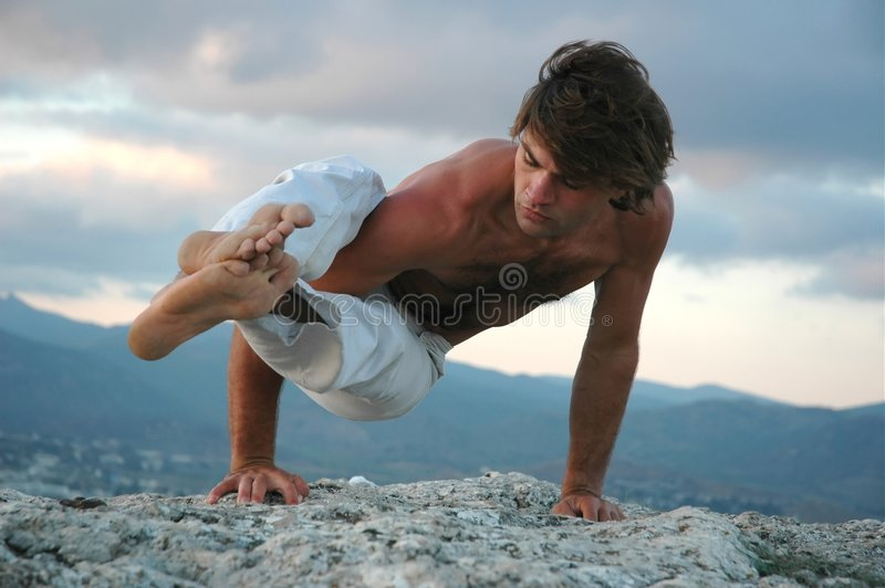 Hatha-ioga: ashtavakrasana#2 imagem de stock