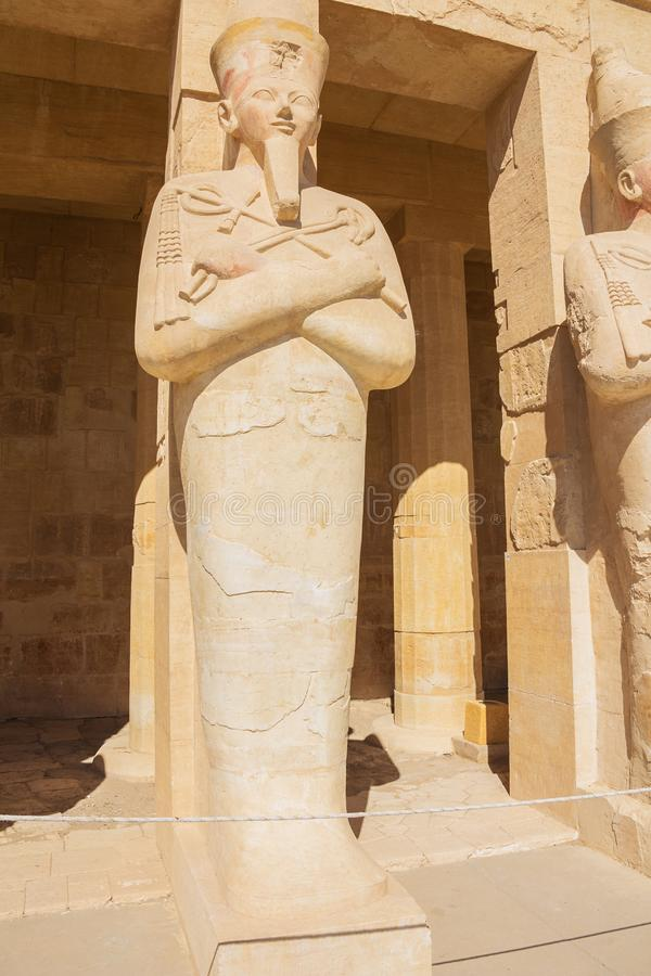 Hatshepsut als Pharao in Osiris, das im Tempel von Hatshepsut hält stockbilder