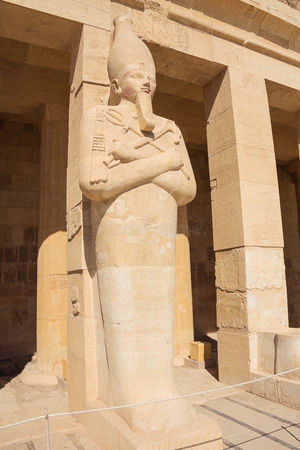 Hatshepsut als Pharao in Osiris halten gesehen von der rechten Seite lizenzfreie stockfotos