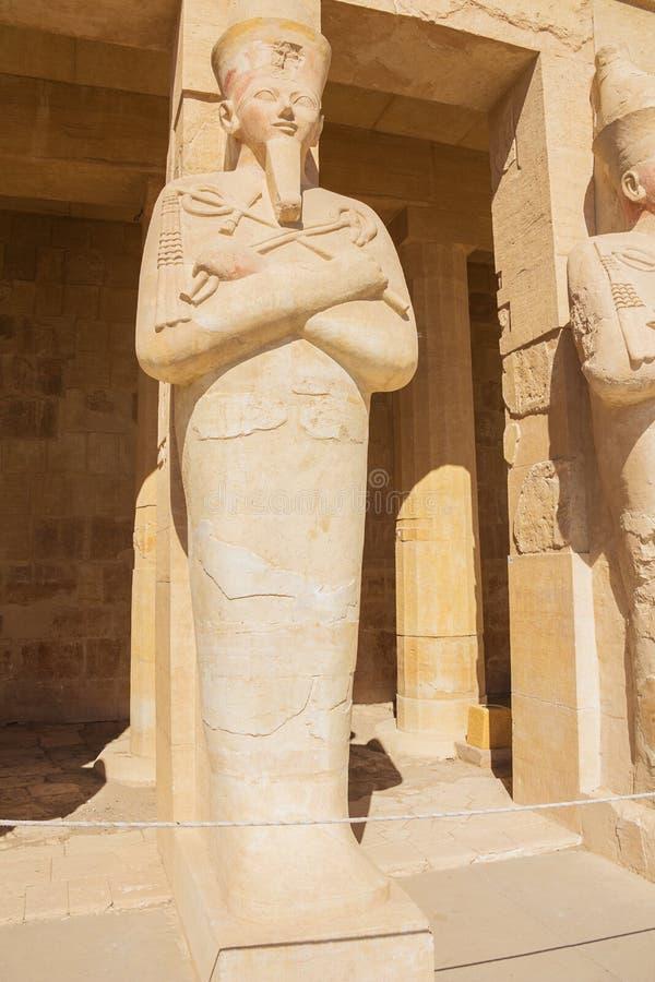 Hatshepsut comme pharaon dans Osiris se tenant dans le temple de Hatshepsut images stock