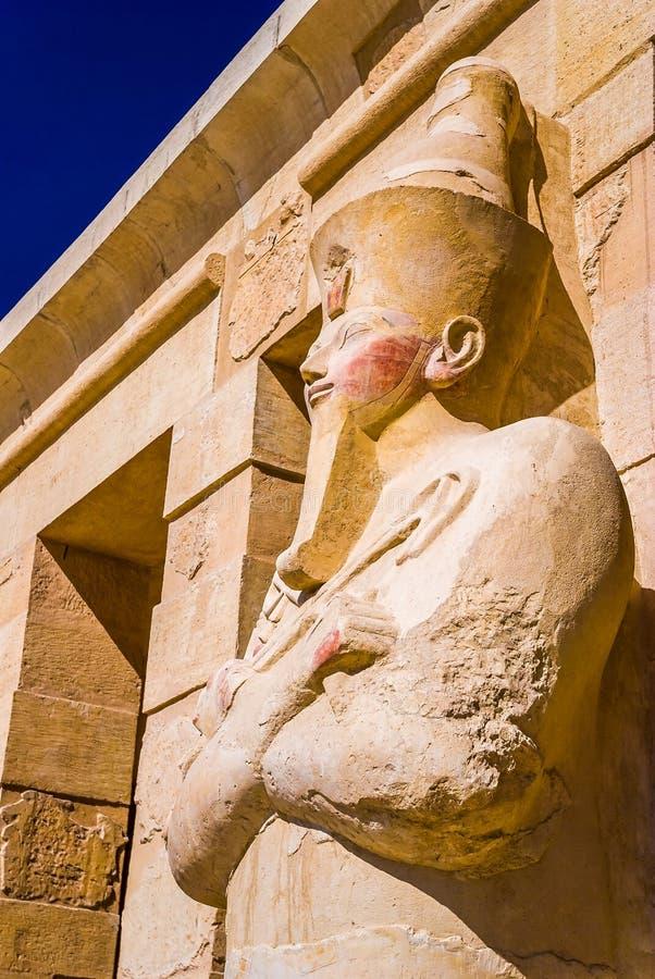 hatshepsutpharaohen skulpterar tempelet arkivbilder
