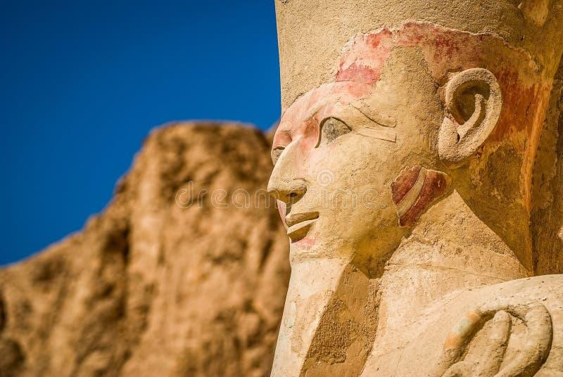 hatshepsutpharaohen skulpterar tempelet royaltyfri fotografi