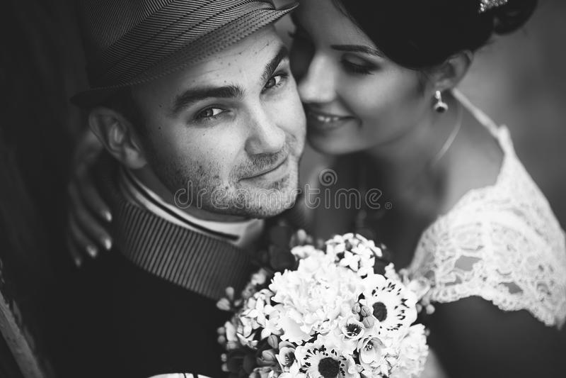 Hatt bröllop, kyss arkivfoto