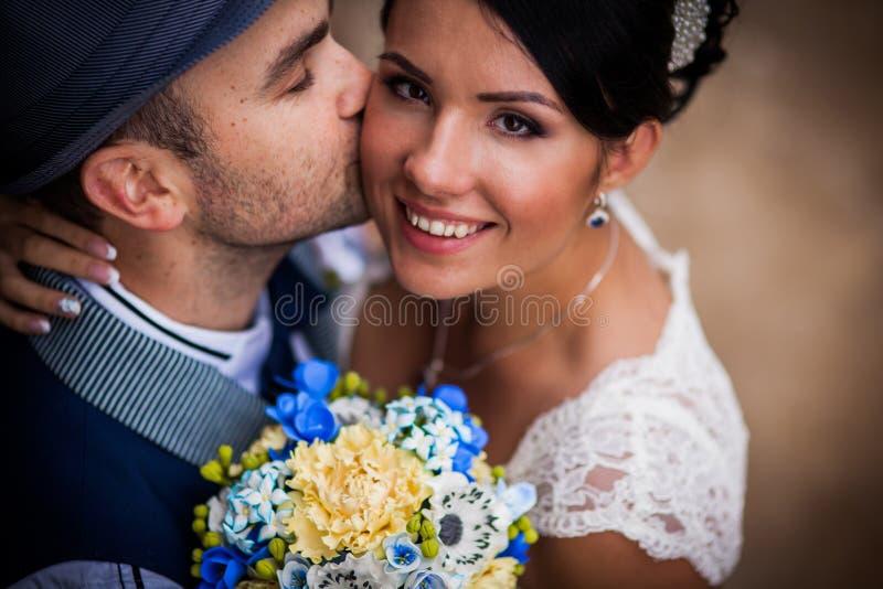 Hatt bröllop, kyss fotografering för bildbyråer