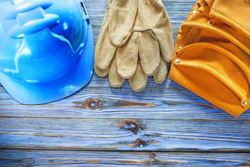 Hatt för bälte för hjälpmedel för skyddande handskar för läder hård på tappning träb royaltyfria foton
