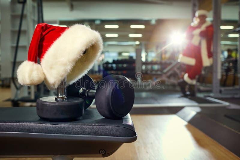 Hatt för jultomten` s i idrottshallen arkivbilder