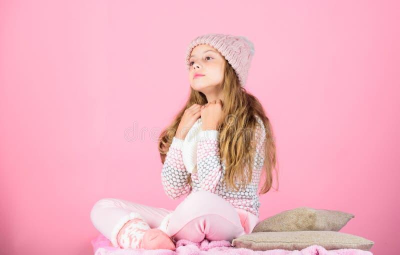 Hatt för långt hår för barn varm woolen att tycka om varmt och softness Stucken varm hatt för ungeflicka som kläder kopplar av ro arkivbilder