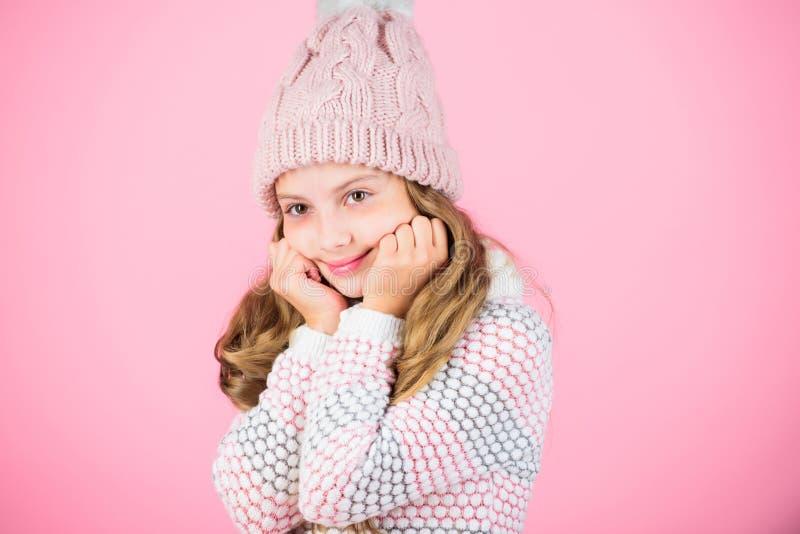 Hatt för långt hår för barn varm woolen att tycka om varmt och softness Stucken varm hatt för ungeflicka som kläder kopplar av ro royaltyfri foto