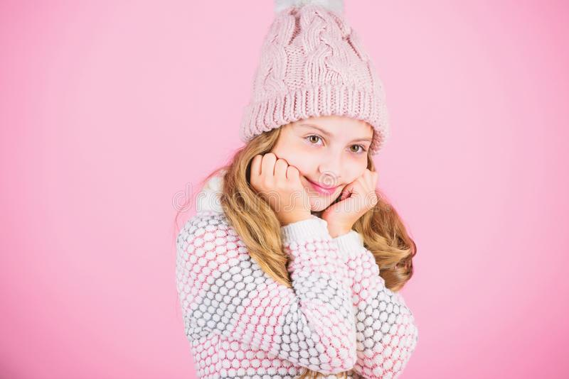 Hatt för långt hår för barn varm woolen att tycka om varmt och softness Stucken varm hatt för ungeflicka som kläder kopplar av ro royaltyfri bild