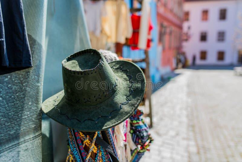 Hatt i fokusen, gåvashopon de medeltida gatorna av Sighisoara, Rumänien arkivfoton