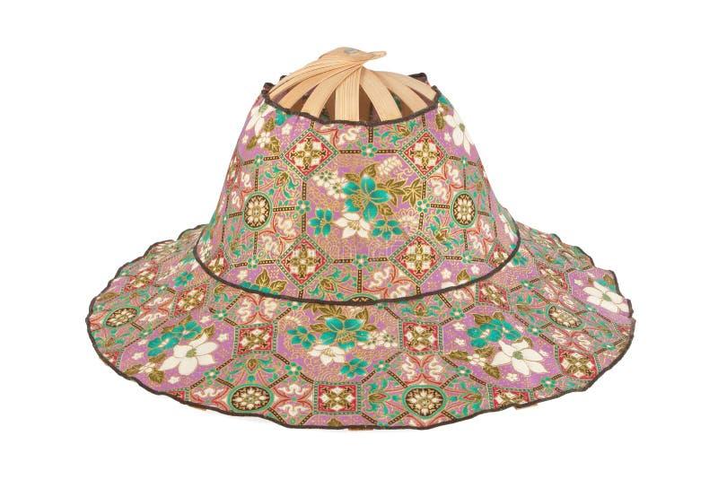 Hatt som göras av bambu isolerade mönstrade tyger på vit backgroun royaltyfri foto