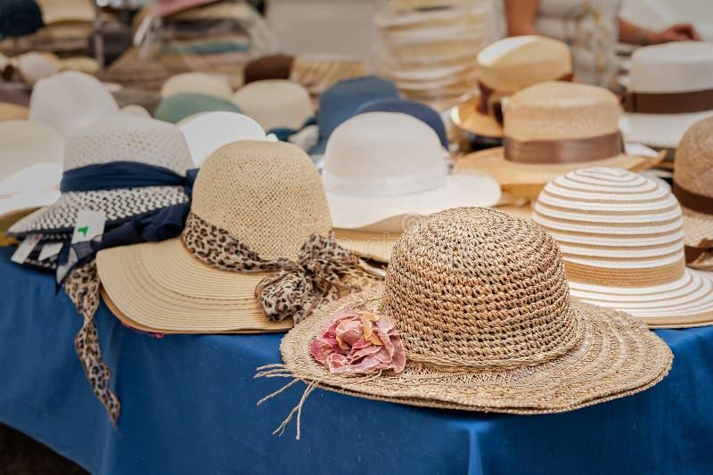 Hattar för sommar för kvinna` s på gatamarknaden royaltyfria foton