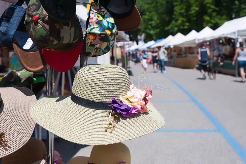 Hattar för sugrör för kvinna` som s är till salu på en marknad royaltyfria foton