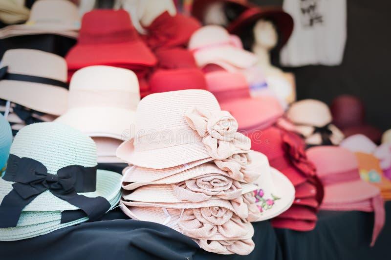 Hattar för sugrör för kvinna` som s är till salu på en marknad arkivfoto