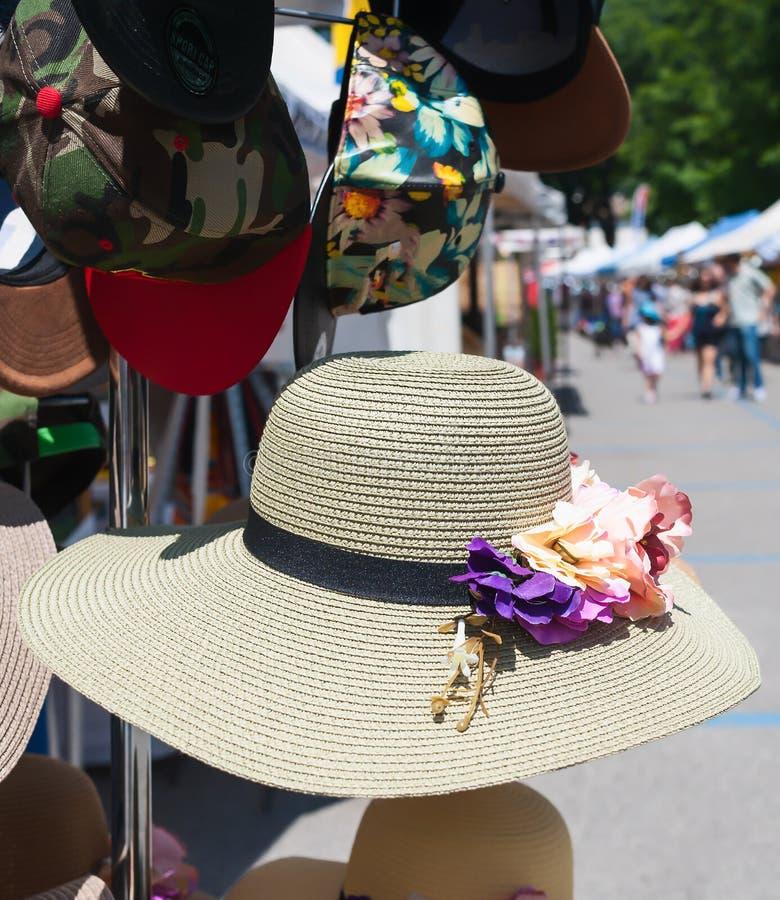 Hattar för sugrör för kvinna` som s är till salu på en marknad royaltyfri fotografi