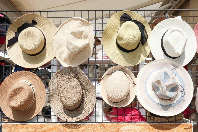 hattar och många av hattstacks i butiken royaltyfria foton