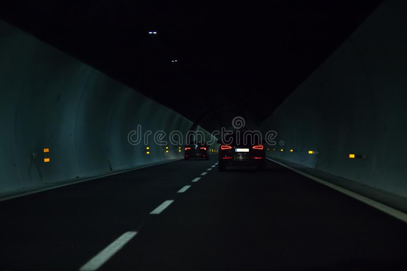Hatte schwarzes Auto zwei ein Rennen im Tunnel lizenzfreies stockfoto