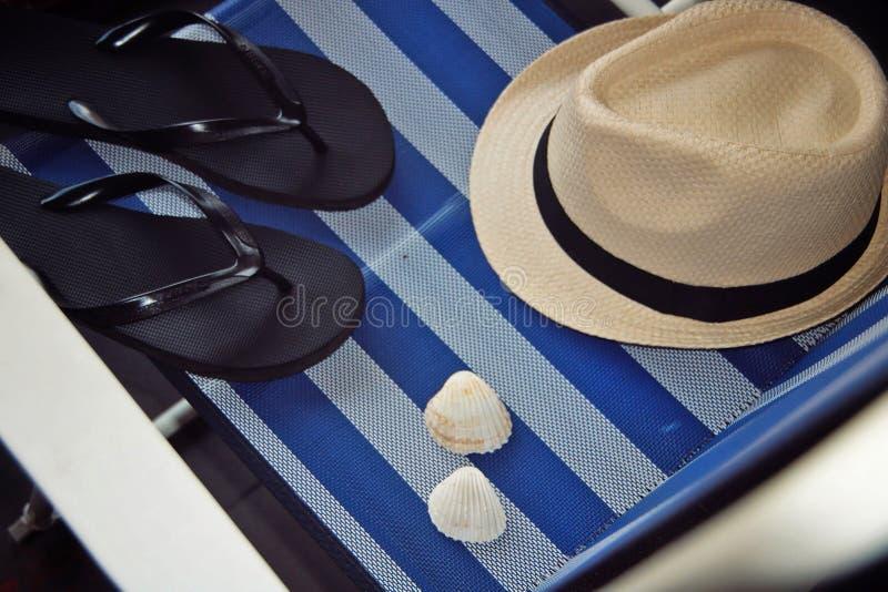 Hatten bläddrar misslyckanden och skal på vit bakgrund för en blått och fotografering för bildbyråer