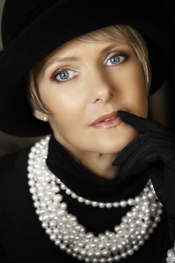 hatten pryder med pärlor kvinnan royaltyfri fotografi