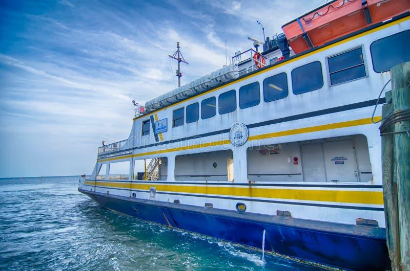 Hatteras, OR, Etats-Unis - 8 août 2014 : bateau de transport de ferry au Ca images libres de droits