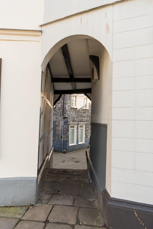 HATTINGEN, ALLEMAGNE - 15 FÉVRIER 2017 : Quand la marche par la vieille ville une peut découvrir les petites arcades qui relient  photo stock