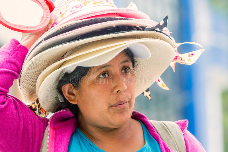 Hattsäljarekvinna på gatan av Sydamerika arkivfoto